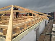Aufstellung eines abgehenden Dachstuhls durch einen ortsansässigen Zimmerer